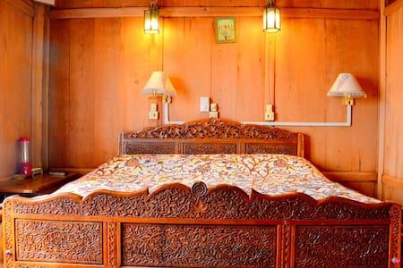 Golden Flower Heritage Houseboat - Srinagar