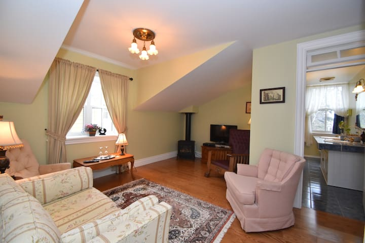 Luxurious Lawrence Suite