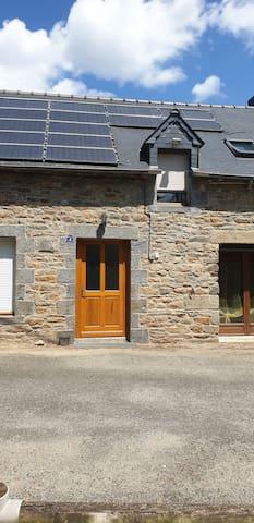 Entrée principale qui porte le no 4 et en haut fenêtre du studio.