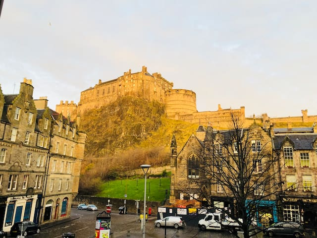 Edinburgh Castle View Apartment on Grassmarket