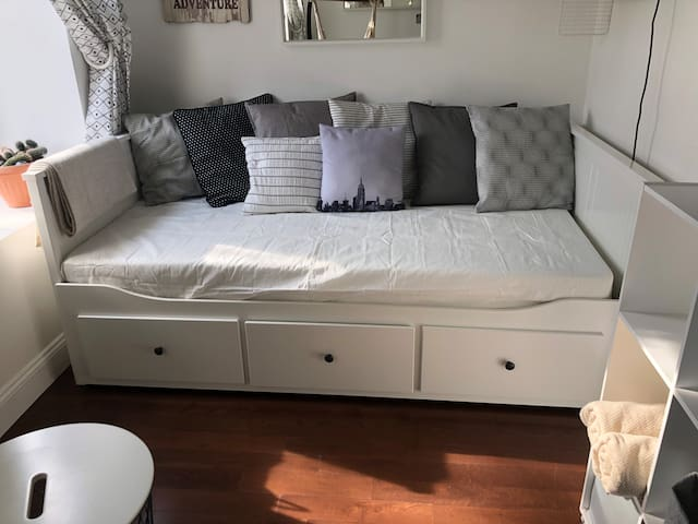 Sunny and cozy private room in Brooklyn/ Bed-Stuy