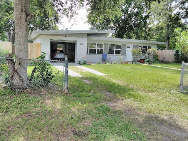 Single family home on quiet dead end st private rm