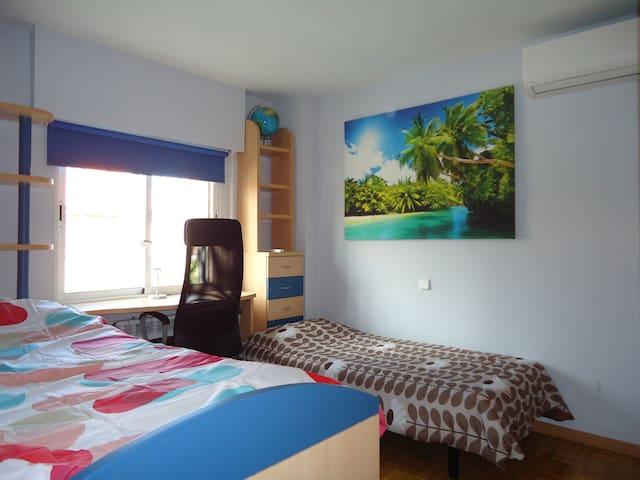 Habitación individual con baño privado en chalet