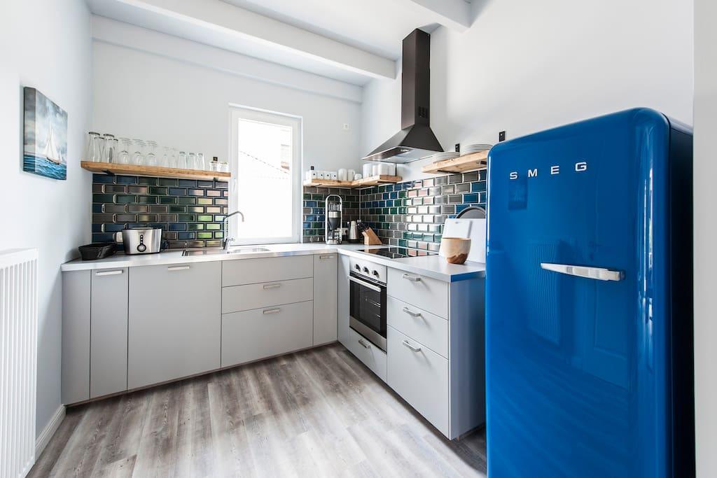Küche mit 220 Liter SMEG Kühlschrank