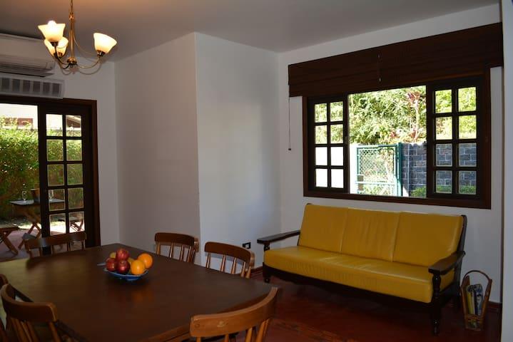 Salas de estar e jantar climatizadas e integradas à cozinha