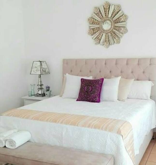 habitación sencilla con una cama King size.