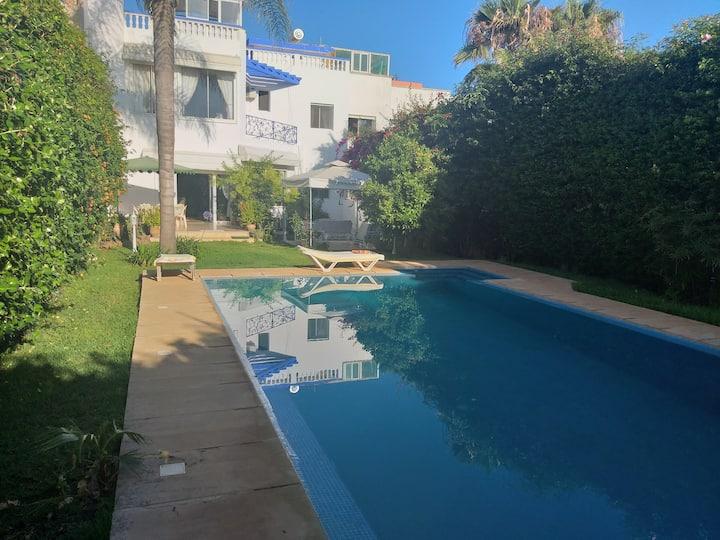 Villa de 700 m2 piscine grand jardin au bord Plage