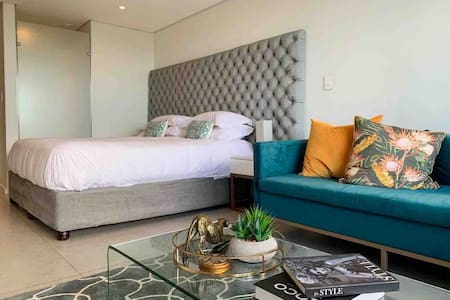 LUXURY STUDIO KING SIZE BED NEAR UMHLANGA/UMDLOTI