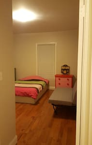 Comfy Clean BR 9 min to Boston Steps from train!!! - Malden - Casa