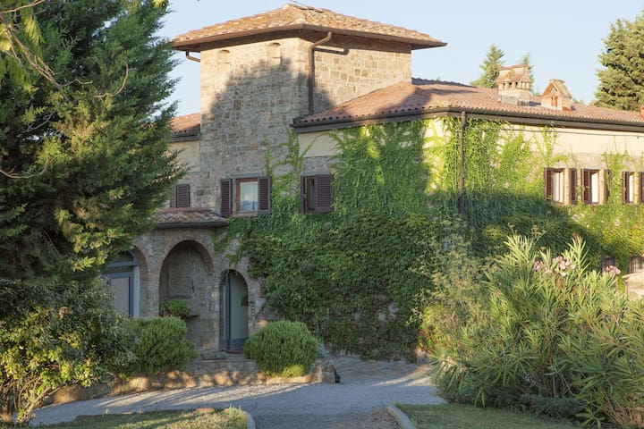 Beautiful apartment with WIFI, pool, patio, panoramic view and parking, close to San Gimignano
