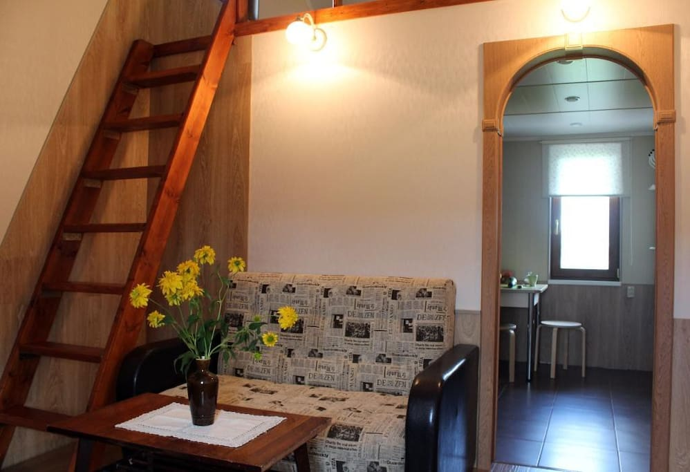 Маленькая комната с телевизором и диванчиком
