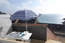 La terrasse... descendez quelques marches et vous êtes sur la plage...