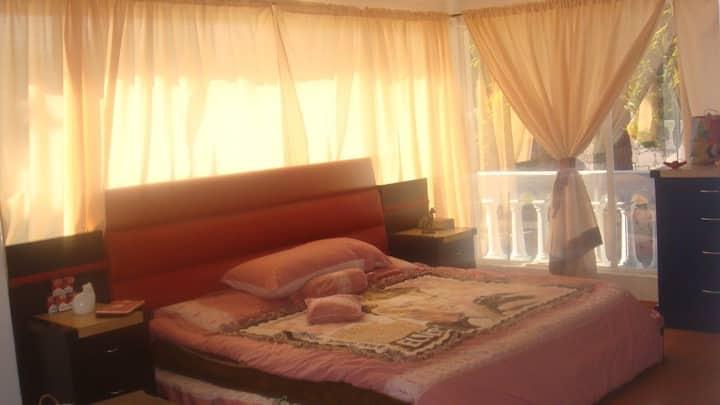 Bella habitación con ventanales y balcón
