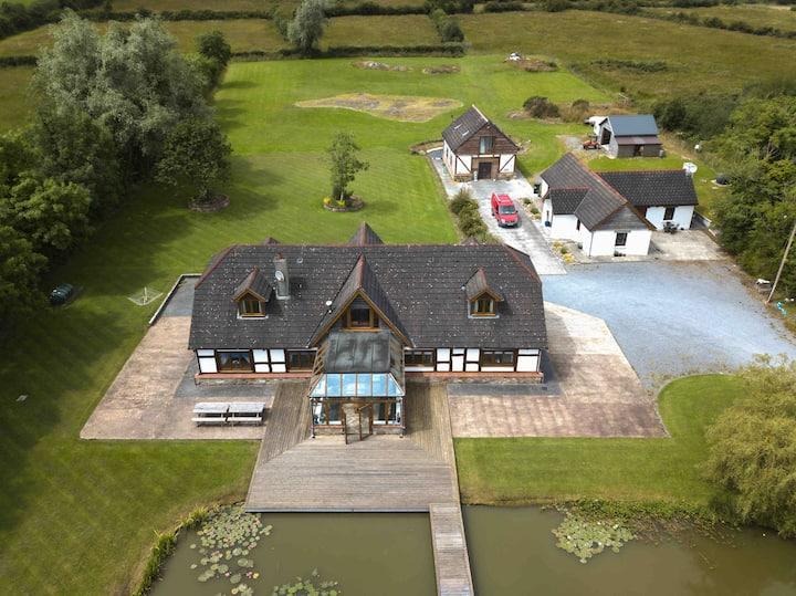 9 Bedroom Lakeside Retreat, Rural Roscommon 4🍀🍀🍀🍀