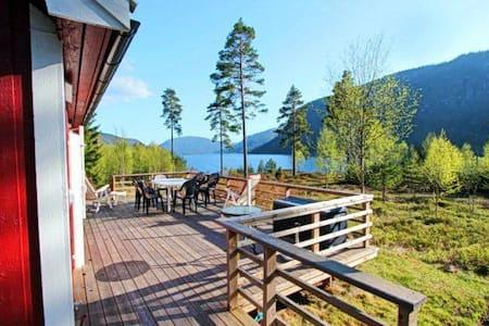 Liten hytte med robåt. Utsikt over Byglandsfjorden