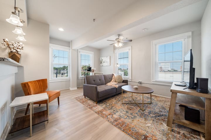 Stunning Apartment with Waco Downtown View