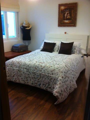 Habitación cama de matrimonio, baño no compartido - Ribadeo - Departamento