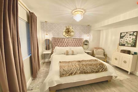 King Glamour Suite, Walk to the Strip, A/C, WiFi