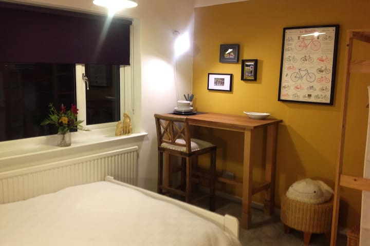 Room with Work Space, 10 Mins to Newmarket