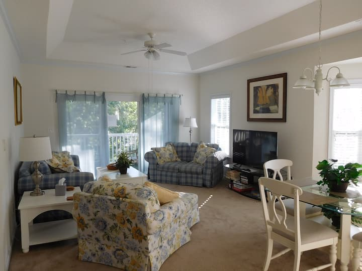 Bright, airy, 3-BR, on golf course sleeps up to 6