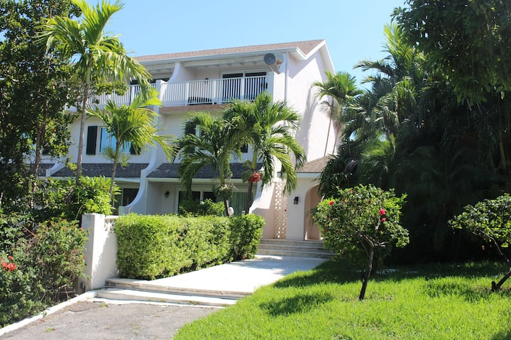 Three Bedroom Townhouse in Paradise!