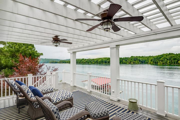 Luxurious Waterfront Estate/Sleeps 14 Guests!