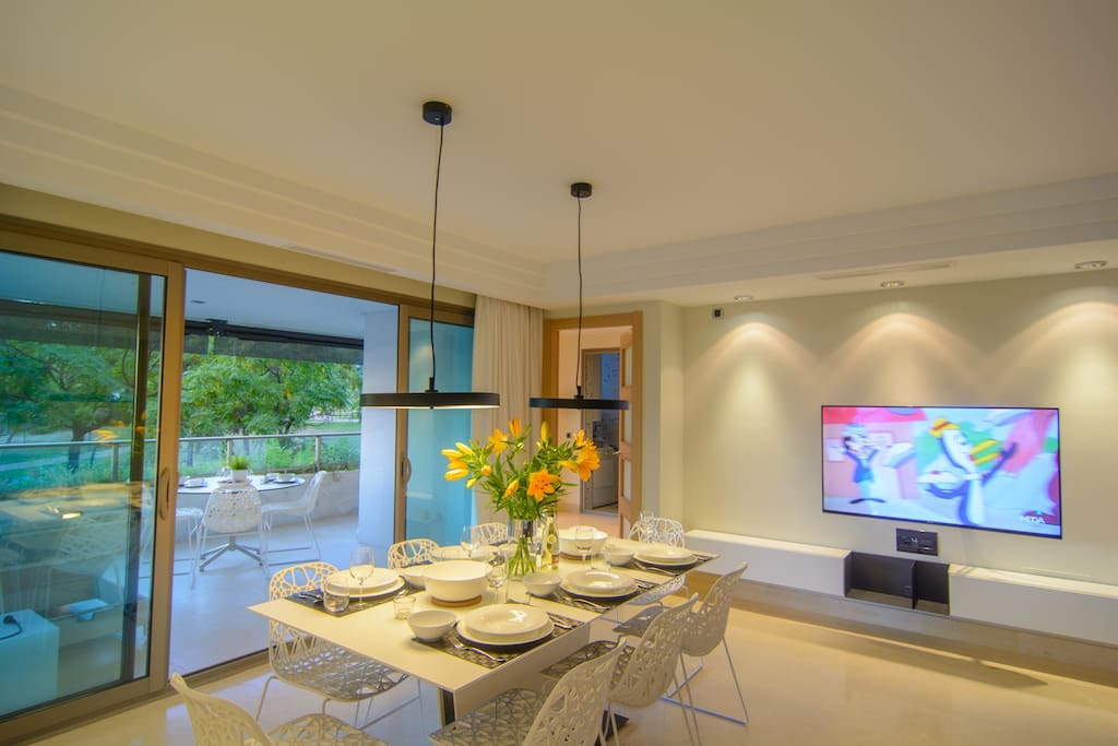 Eight seater dining table with urbanization views