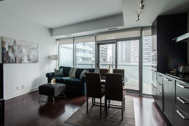 Luxury Serviced Condominium in Heart of Downtown