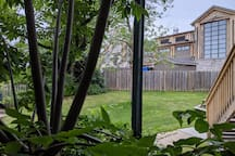 ENJOY OUR PRIVATE DECK FACING THE TORONTO SKI CLUB AND MOUNTAIN, CLOSE TO THE TENNIS COURTS AND A SHORT STROLL TO THE POOL.