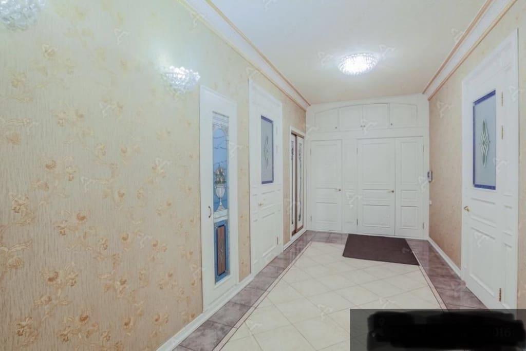Холл и вход в квартиру впереди справа, а слева располагается просторный гардероб. Слева видеть вход в гостиную, через которую вы можете зайти в ещё 2 комнаты, справа спальня с огромным шкафом.