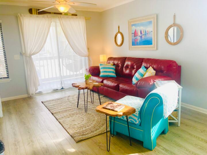 Cheerful beachfront condo