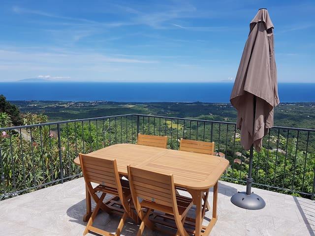 Appartement vue mer dans un village Corse