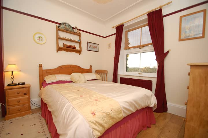 Double bedroom with shared bathroom sometimes!