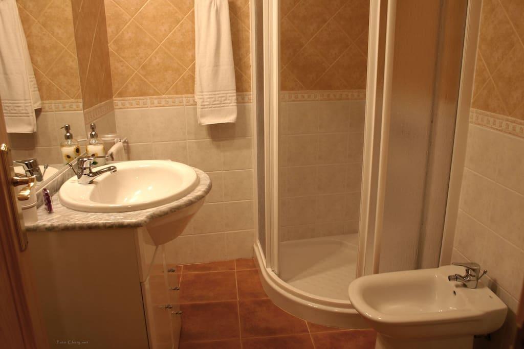 Baños totalmente equipados con toallas, papel higienico y champu y gel