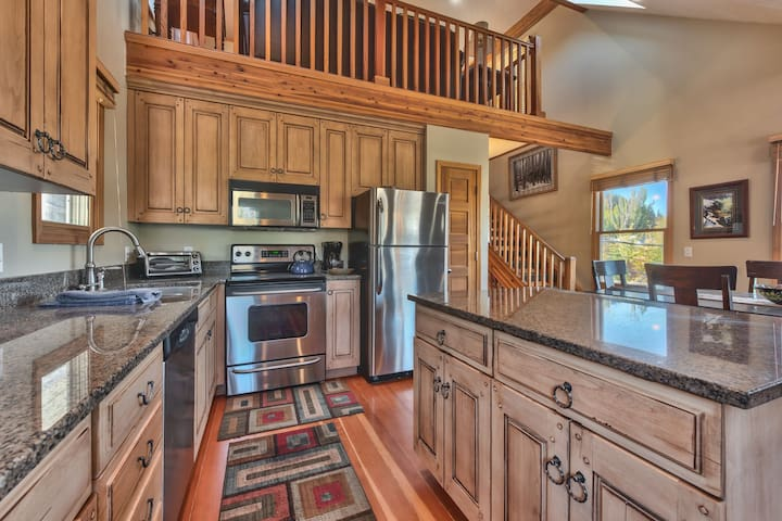 Fully Equipped Kitchen with Stainless Steel Appliances and Granite Countertops