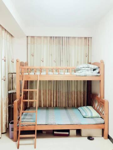 北欧实木简约风住宅公寓|高铁西站商圈|交通便利|1.2米实木双层床|行李寄存|