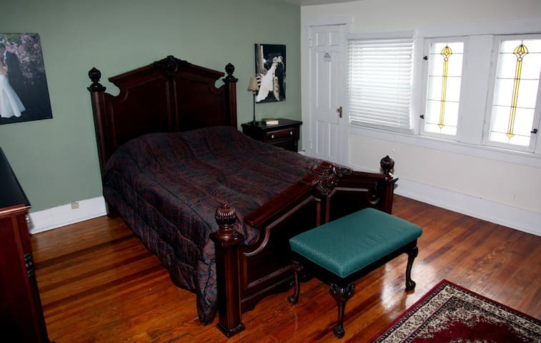 Private Queen room in Historic St. Charles home