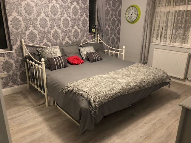 Spacious double room close to amenities