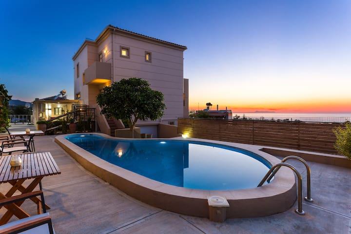 Villa Kokkinos, Walking Distance to Sandy Beach!