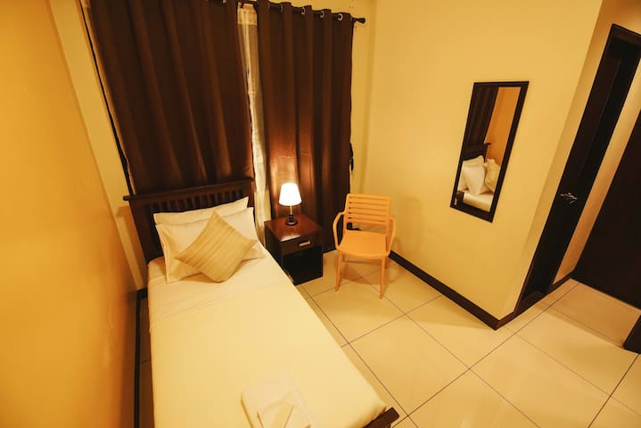 Very accessible Single hostel room - Makati - Serviced flat