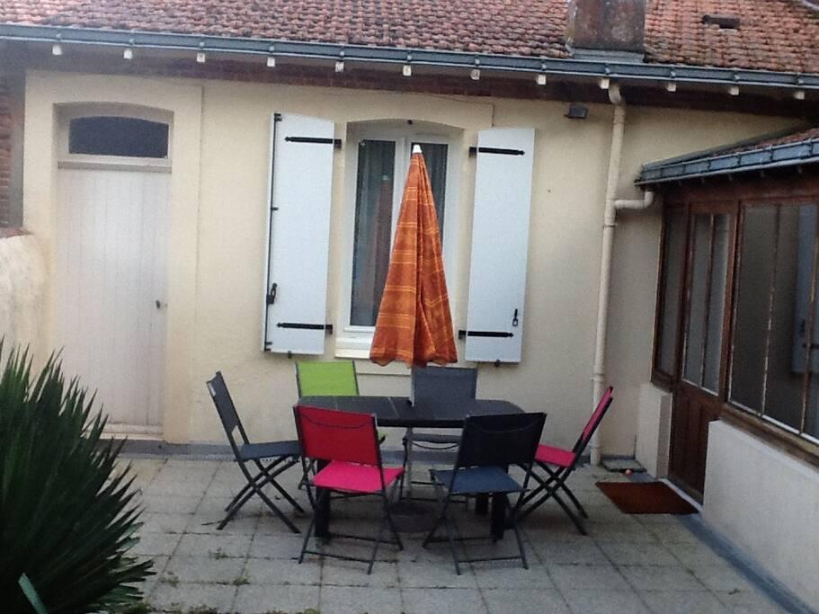 Cour privée avec véranda et patio