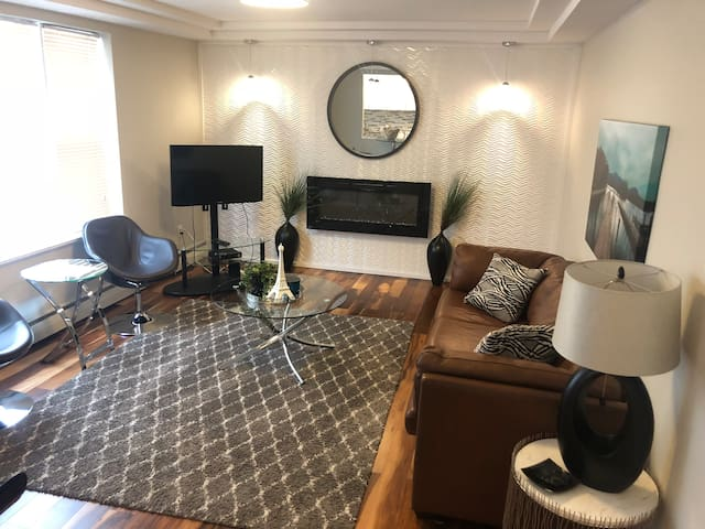 Modern Upscale 1BR w/ Parking in Heart of Downtown