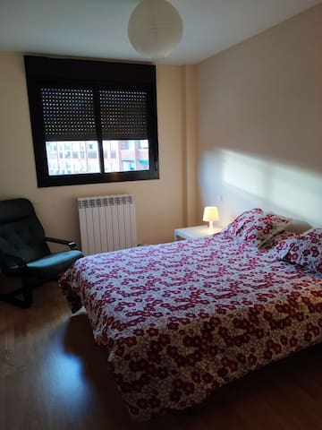 Dormitorio principal con baño completo dentro de la habitación. Armario grande empotrado.