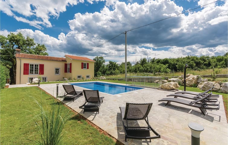 Holiday cottage with 3 bedrooms on 115 m² in Lupoglav