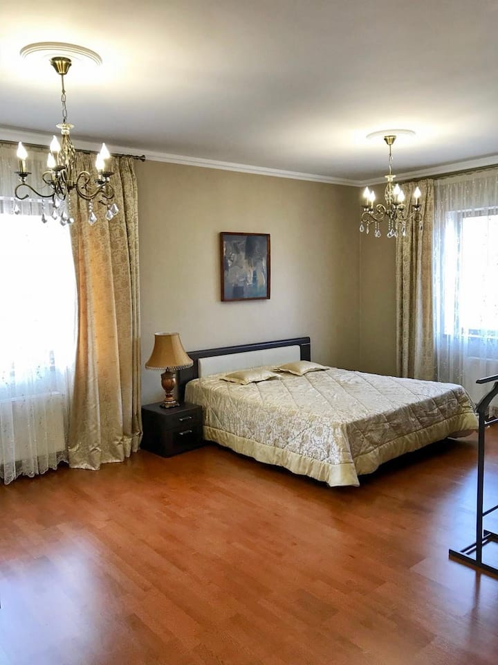 Дом в Кедровой роще. 1 Номер с кроватью king-size.