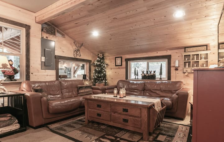 Rustic Retreat for 2, WiFi, Hot Tub, Private Setting- Our Neck of the Woods-2 Bedroom, 1 Bathroom