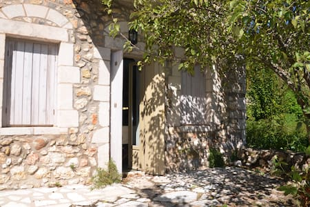 3όροφη πετρόκτιστη κατοικία στη Στεμνίτσα - Arkadia