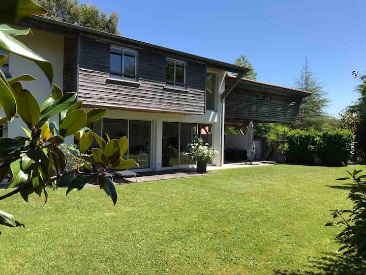 Belle maison contemporaine avec jardin