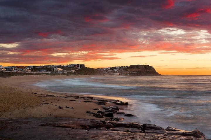 Entire apartment short walk to Merewether Beach