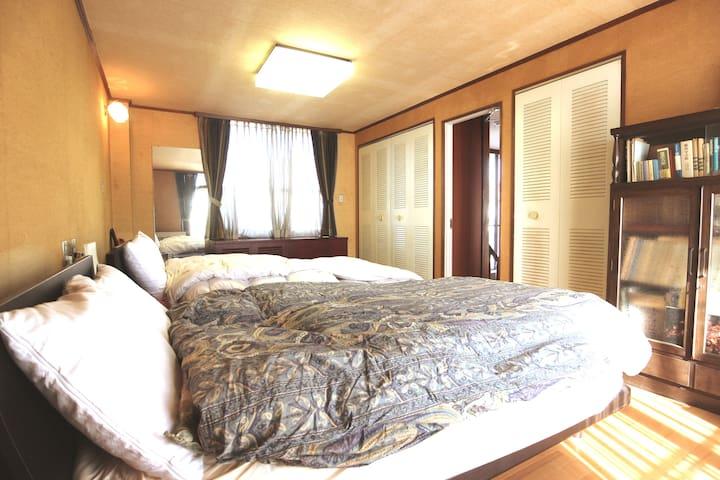 テーマパーク近く♪横浜市内の一軒家まるまる貸し切り!屋根付き駐車場2台あり・7名宿泊可能!